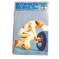1/12e Tamiya Motor Racing Team mechanic wheel changing (1974)